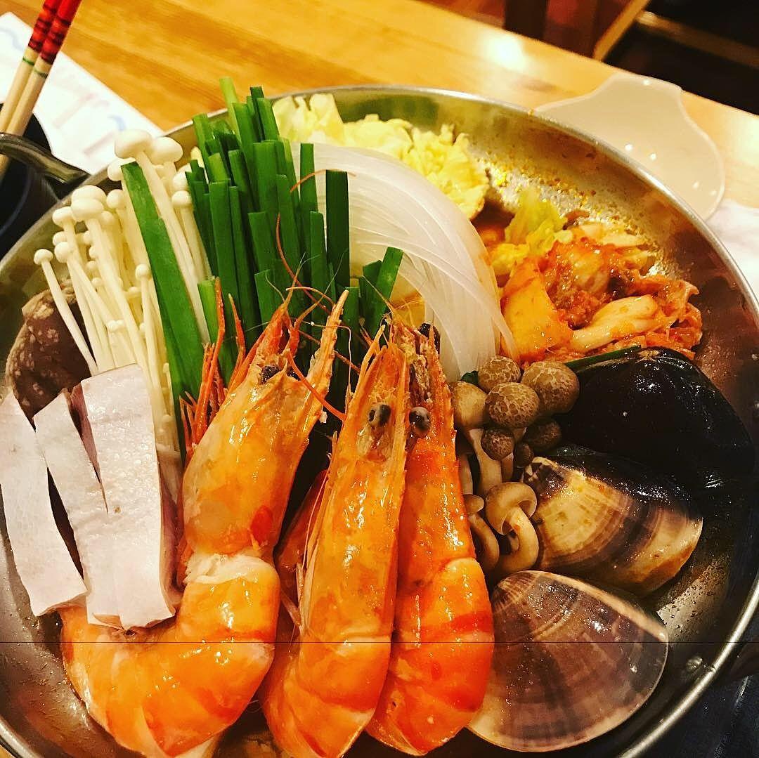 八幡山駅の和食居酒屋「ほうの木」特製「海鮮チゲ鍋」の写真です