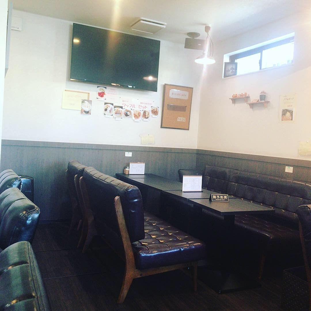 芦花公園から徒歩4分カフェ「プレジーレ」の店内です。ソファタイプの長椅子い心地が良さそうですね。