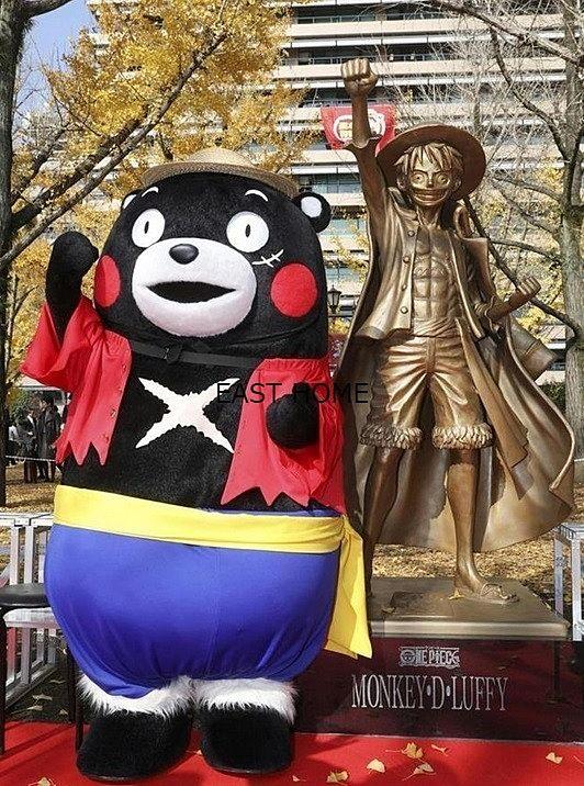 熊本県庁前のルフィ像です