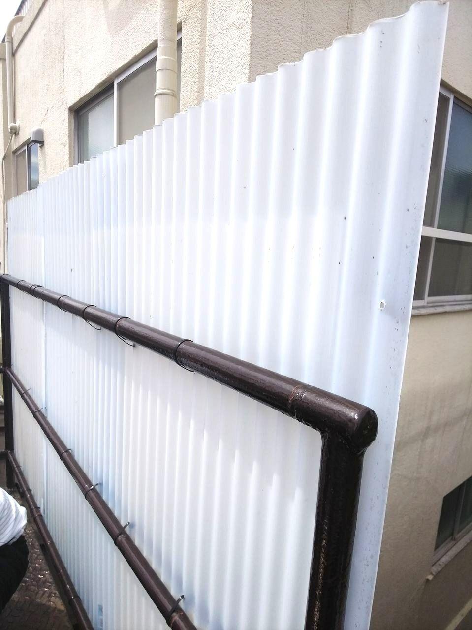 上北沢駅前アパート「ルミエール吉村」の屋上の波板プレートを設置作業を行っております。