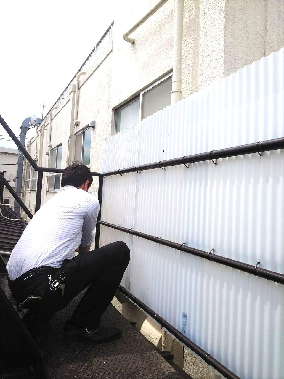 上北沢駅前アパート「ルミエール吉村」の屋上の波板プレートを設置中の弊社スタッフです