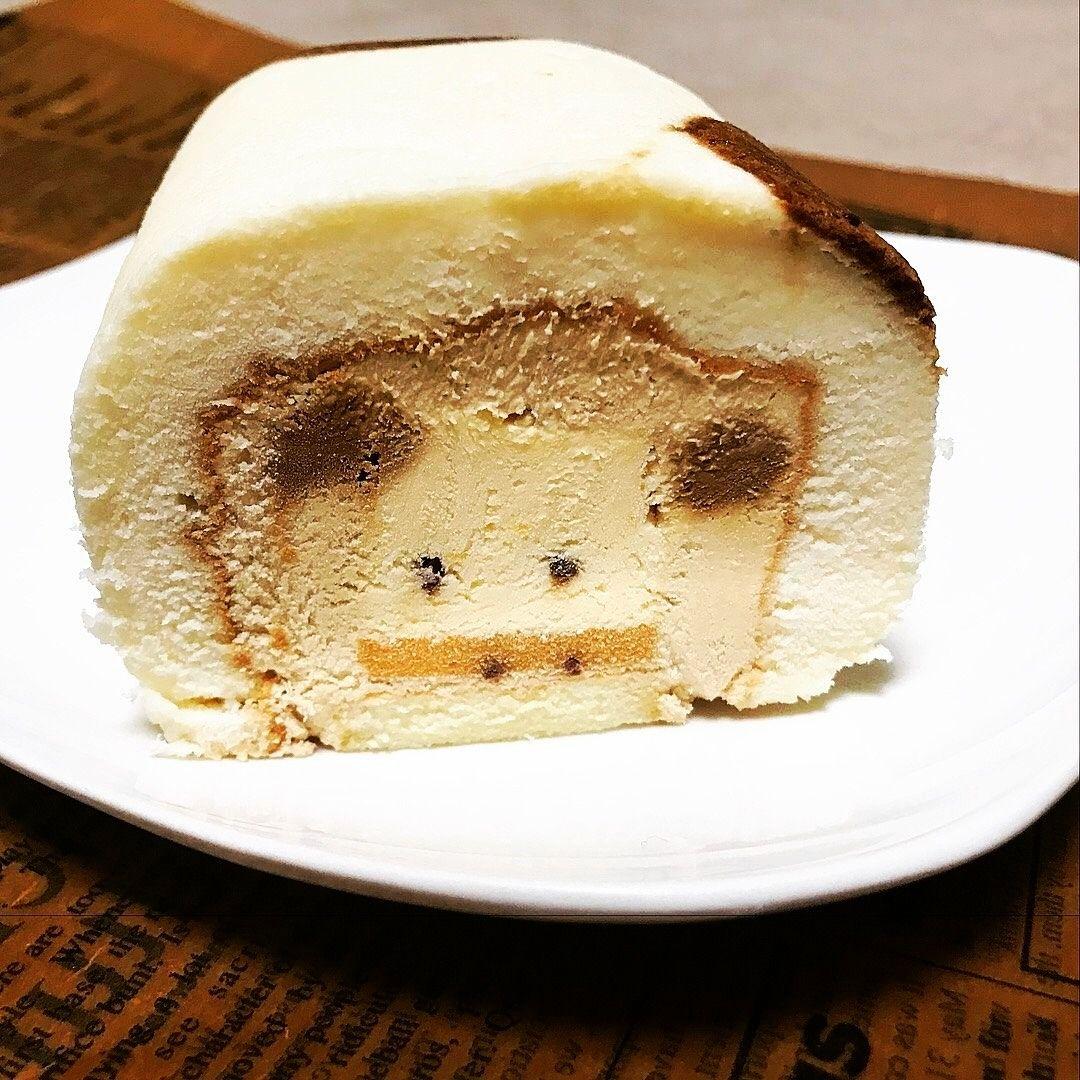 熊本パティスリー「クオーレ」さんのおっぱいロールをカットした写真です。どこをカットしても 可愛い牛がこんにちは!