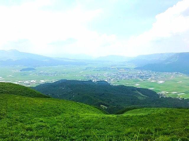 熊本阿蘇大観峰から阿蘇の町を撮影した写真です。緑のコントラストが綺麗です。